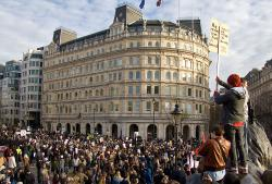 10105_chris_beckett-crowd_at_trafalgar
